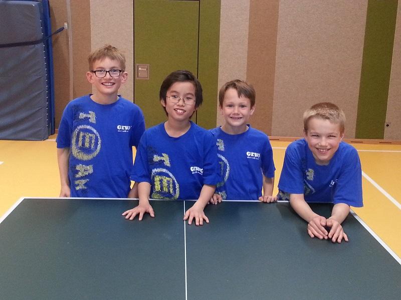 Holten im letzten Spiel die entscheidenden Siege: die 6. Schüler-Mannschaft v.l. Max, Ammanuel, Lorenz und Jan-Eric, es fehlen: MoritzO und MoritzM,