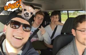 Die Jungs lassen sich chauffieren vom Taxi-Unternemen von Hacht/Busch alias Doppel 1